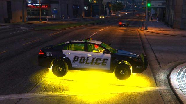 Spider-Man Conduit une Voiture de Police et un Hélicoptère