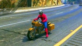 SpiderMan fait de la Moto