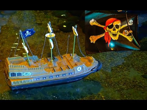 Little Hulk plays with the RC Pirates Ships