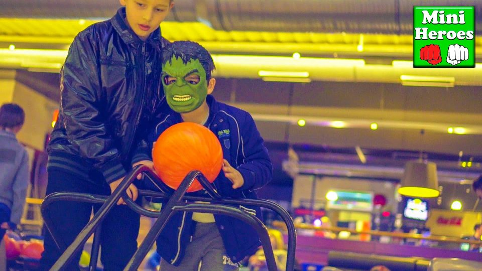 Little Hulk vs Spiderman, play Bowling